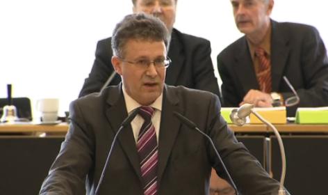 CDU-Fraktionschef Michael Reul spricht im Kreistag.